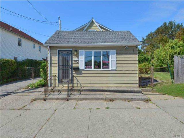 Studio,  0.00 BTH Commercial style home in Albertson