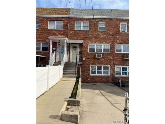 5 BR,  4.00 BTH  Other style home in Throggs Neck