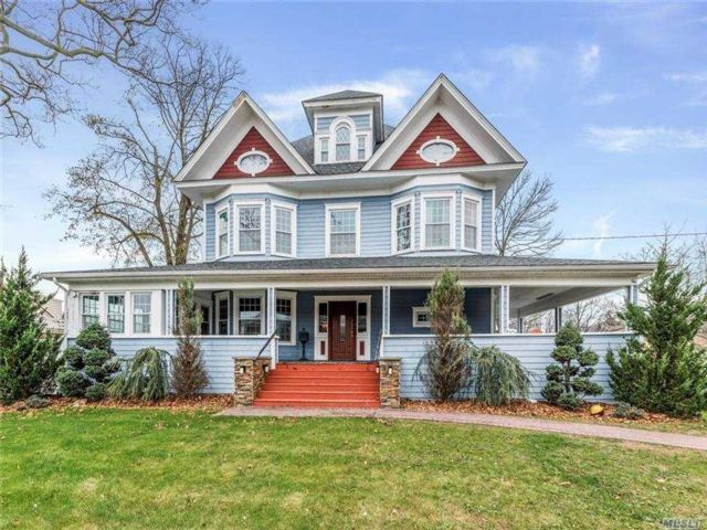 5 BR,  3.00 BTH  Victorian style home in Freeport