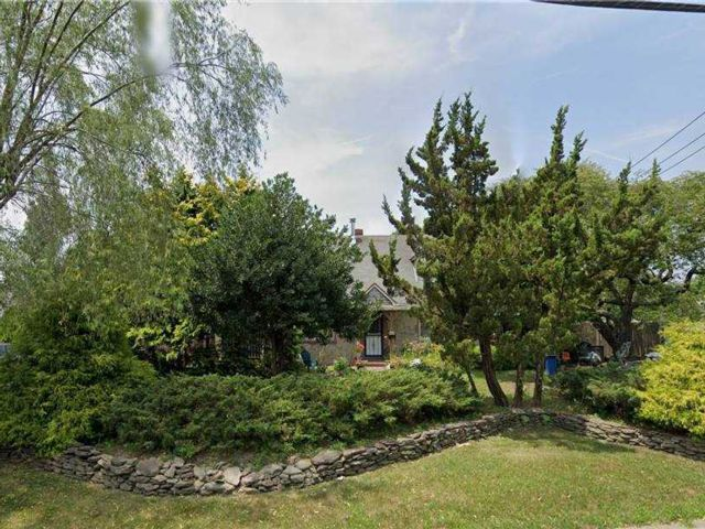 Lot <b>Size:</b> 114x190 Land style home in Levittown