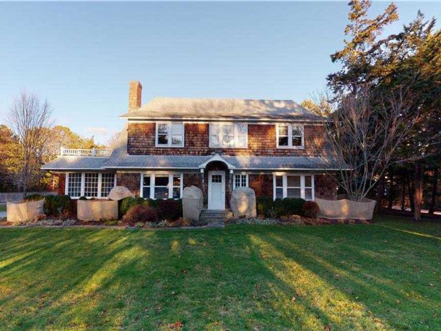 5 BR,  4.00 BTH 2 story style home in Quogue