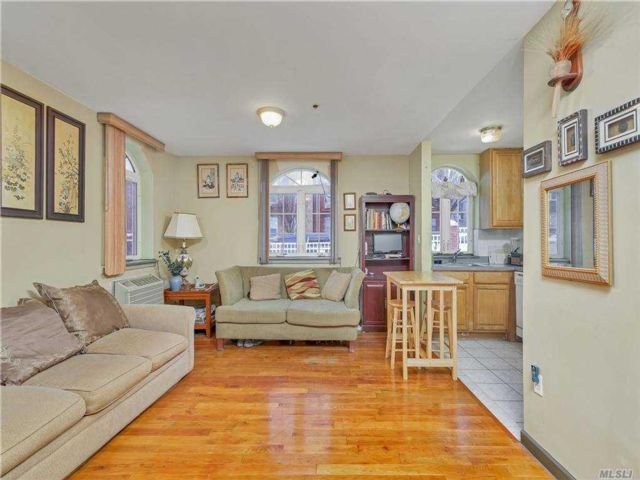 3 BR,  3.00 BTH Mid rise style home in Woodside