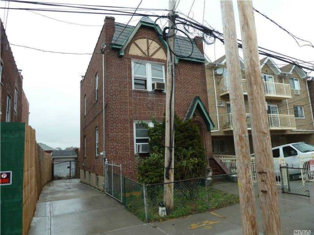2 BR,  2.00 BTH Colonial style home in Woodside