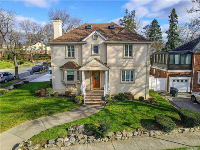 4 BR,  4.00 BTH Colonial style home in Jamaica Estates