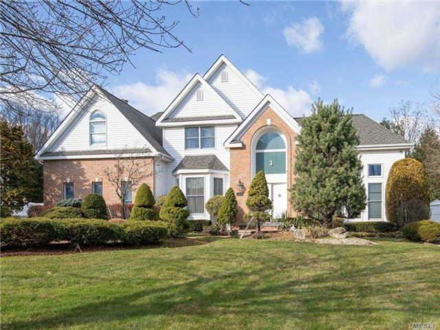 4 BR,  4.00 BTH Post modern style home in Dix Hills