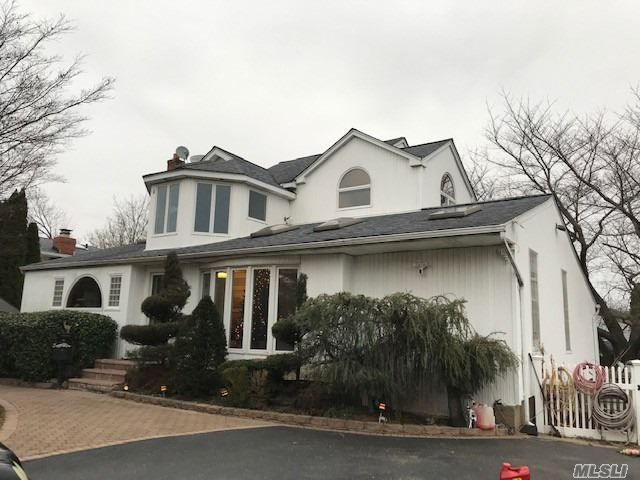5 BR,  4.00 BTH Exp ranch style home in Commack