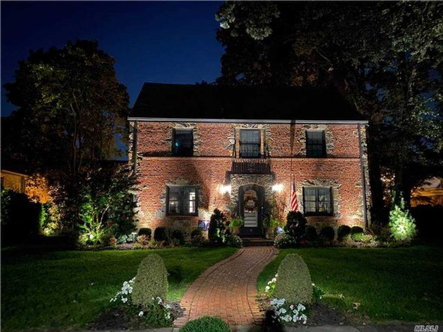 3 BR,  4.00 BTH Colonial style home in Rockville Centre