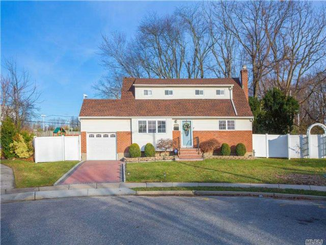 4 BR,  3.00 BTH Exp cape style home in Syosset
