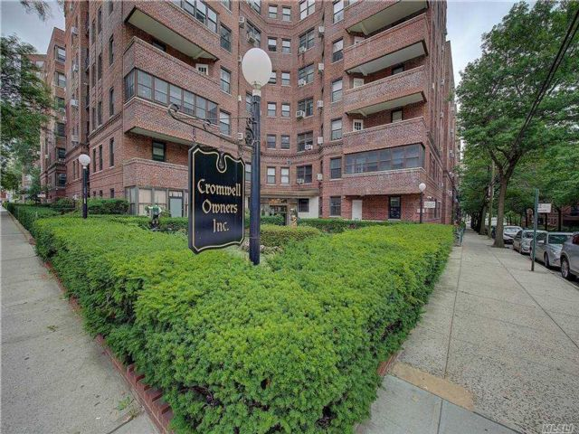 3 BR,  3.00 BTH Mid rise style home in Forest Hills