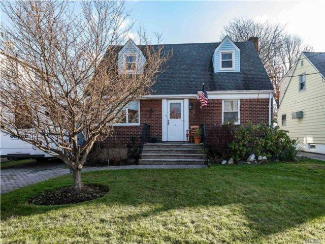 5 BR,  3.00 BTH Exp cape style home in East Rockaway