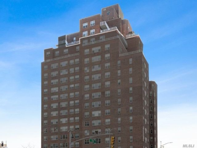 5 BR,  3.00 BTH  High rise style home in Forest Hills