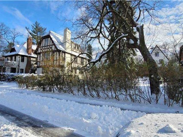 Lot <b>Size:</b> 50x99 Land style home in Forest Hills