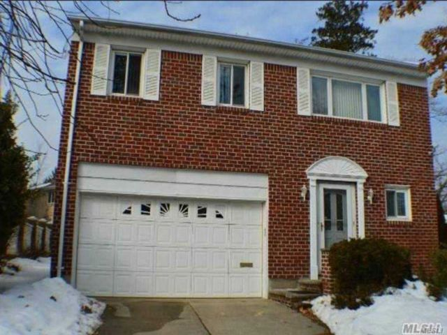 3 BR,  3.00 BTH Hi ranch style home in Little Neck