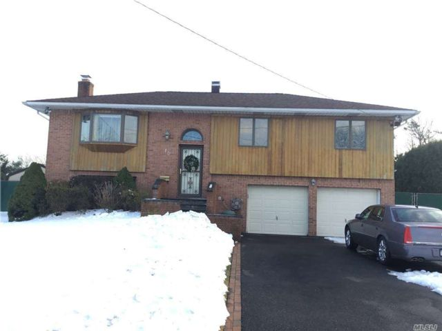 4 BR,  3.00 BTH Hi ranch style home in Islip Terrace