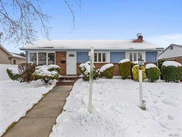 4 BR,  3.00 BTH Ranch style home in West Hempstead