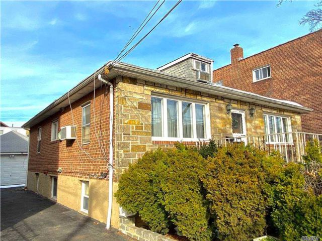 4 BR,  2.00 BTH Colonial style home in Corona