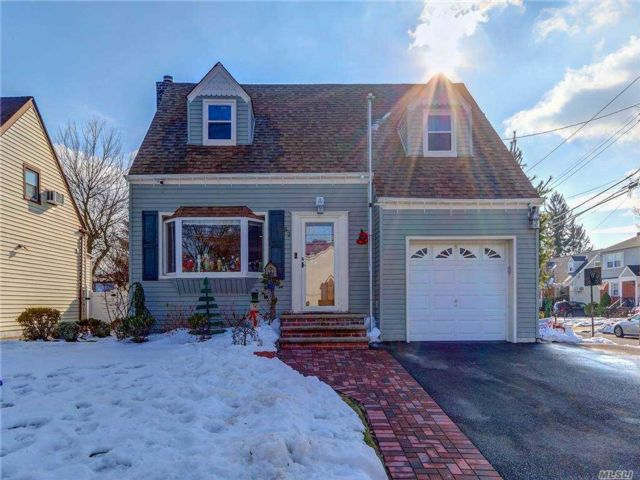 4 BR,  2.00 BTH  Colonial style home in Lynbrook