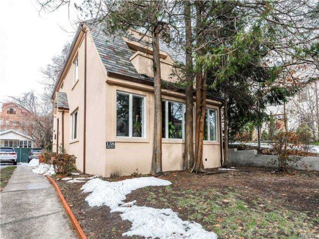 5 BR,  5.00 BTH Colonial style home in Kew Gardens