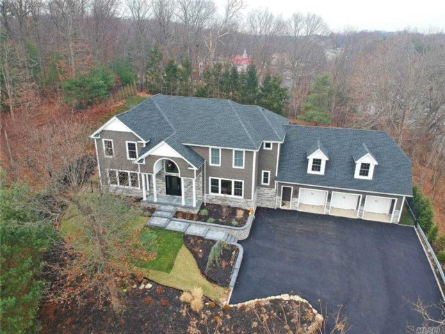 5 BR,  5.00 BTH Post modern style home in Dix Hills