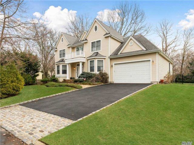 5 BR,  3.00 BTH Colonial style home in Huntington