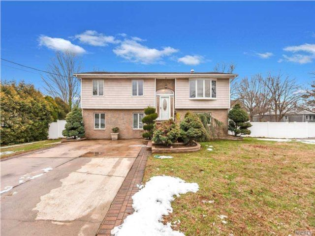 5 BR,  3.00 BTH  Duplex style home in Central Islip