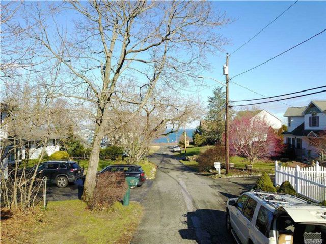 Lot <b>Size:</b> 100 x 80 Land style home in Sound Beach