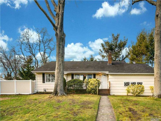 3 BR,  2.00 BTH Ranch style home in Islip