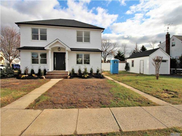 3 BR,  3.00 BTH Colonial style home in Oceanside