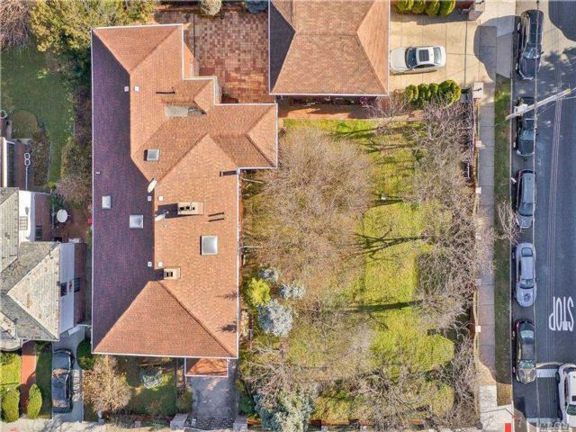 Lot <b>Size:</b> 100x50 Land style home in Forest Hills