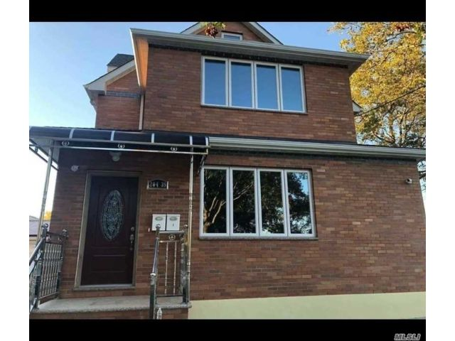 5 BR,  4.00 BTH Multi family style home in Bayside