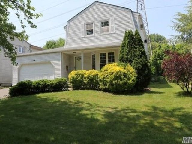 4 BR,  3.00 BTH Colonial style home in Albertson