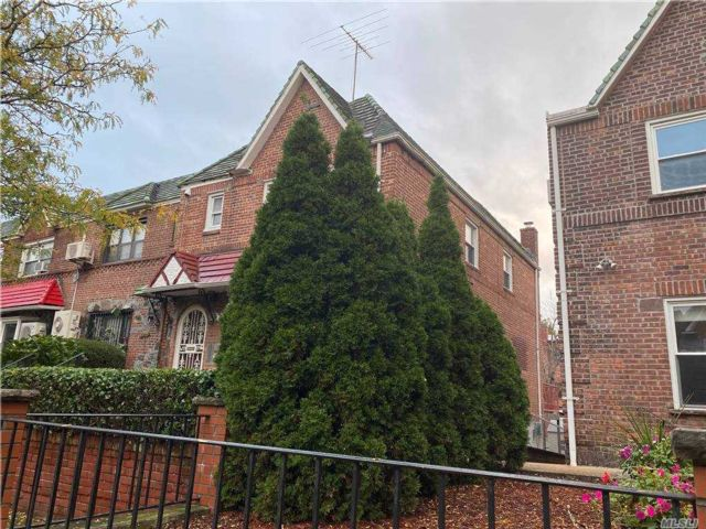 4 BR,  2.00 BTH Townhouse style home in Woodside