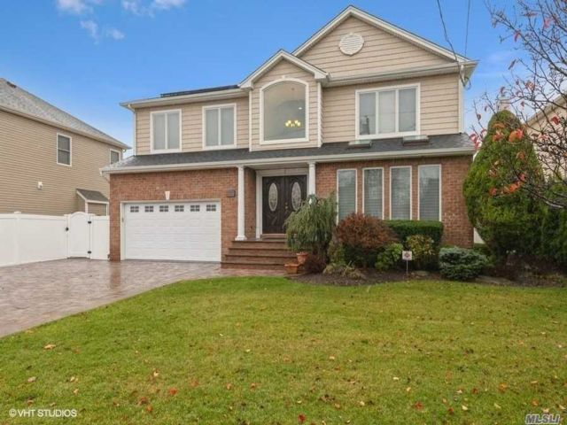 4 BR,  4.00 BTH  Colonial style home in North Bellmore