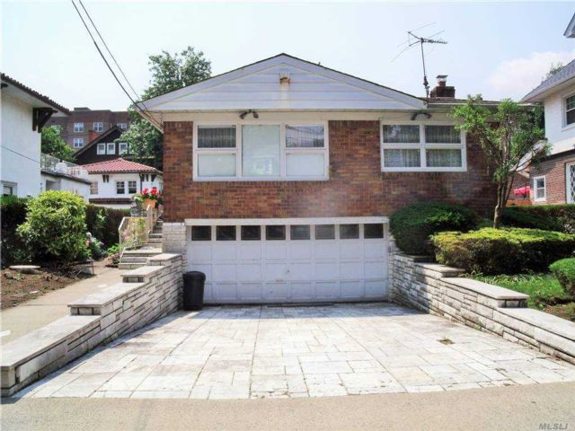 3 BR,  3.00 BTH  Ranch style home in Forest Hills