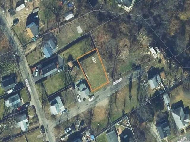 Lot <b>Size:</b> 48x82 Land style home in Bay Shore