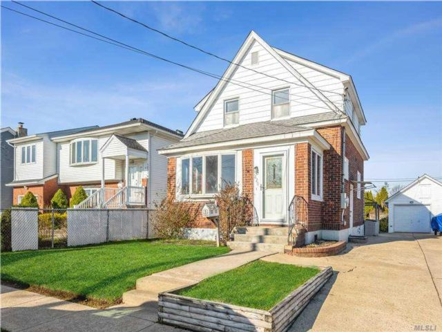 2 BR,  2.00 BTH Exp cape style home in East Meadow