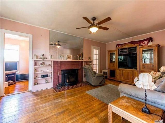 3 BR,  4.00 BTH Colonial style home in Whitestone