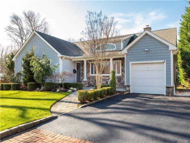 3 BR,  3.00 BTH Ranch style home in Great Neck