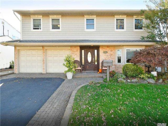 4 BR,  3.00 BTH Splanch style home in Bellmore