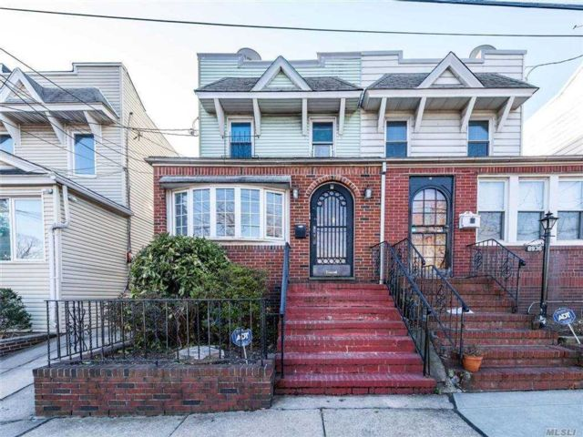 4 BR,  3.00 BTH  Colonial style home in Ridgewood