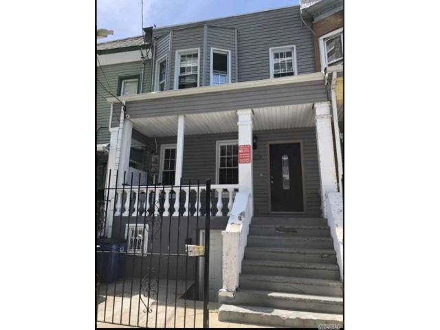 3 BR,  1.00 BTH 2 story style home in Claremont Park