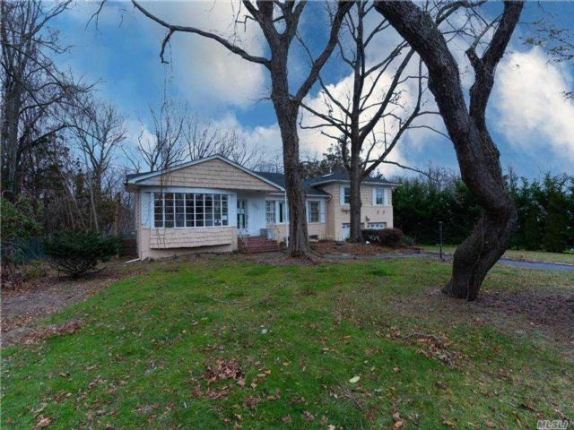4 BR,  3.00 BTH  Split level style home in Manhasset
