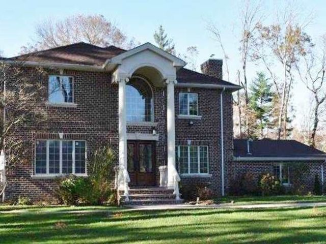 5 BR,  6.00 BTH Colonial style home in Old Westbury