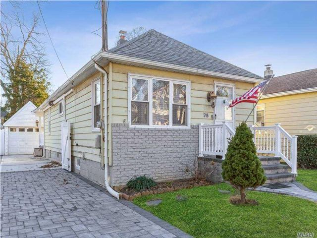 3 BR,  1.00 BTH Bungalow style home in West Hempstead