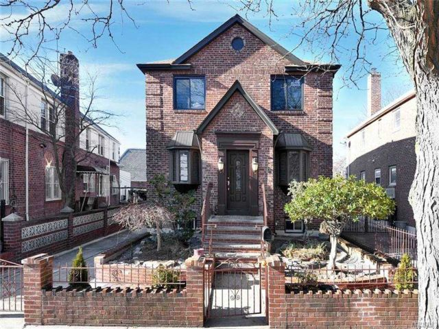 6 BR,  7.00 BTH  Colonial style home in Rego Park
