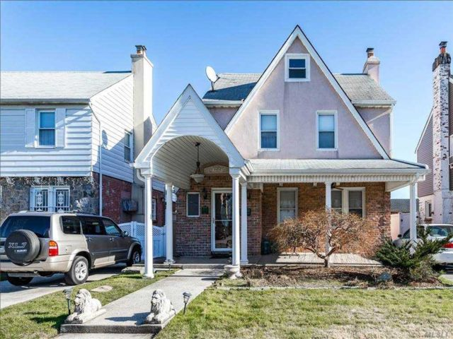 4 BR,  3.00 BTH Colonial style home in Whitestone