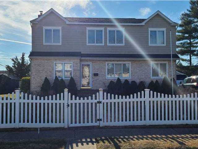 6 BR,  2.00 BTH Colonial style home in Hicksville