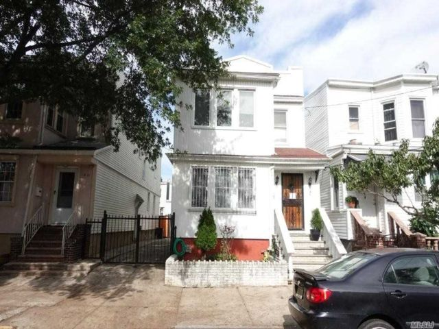 6 BR,  2.00 BTH Colonial style home in Woodhaven