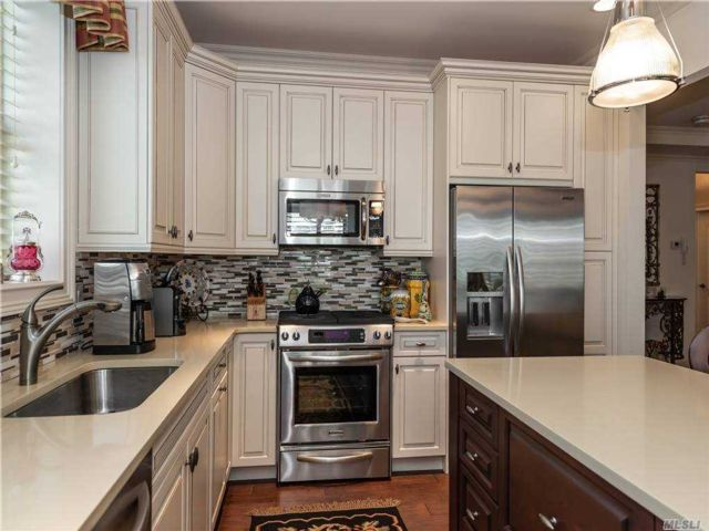 2 BR,  2.00 BTH Mid rise style home in Westbury