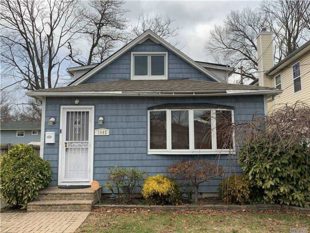 5 BR,  1.00 BTH Cape style home in Uniondale